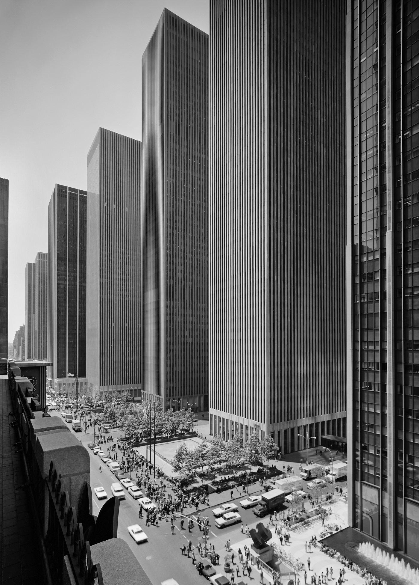 Эзра Столлер. Эксон-Билдинг на Шестой авеню. Арх.: Харрисон и Абрамовиц. Нью-Йорк, шт. Нью-Йорк, 1974