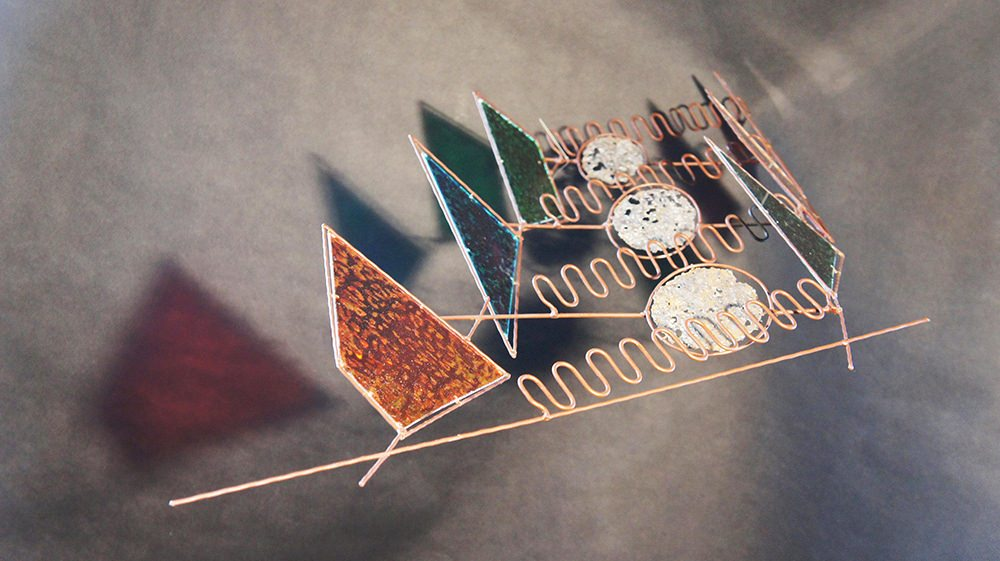 Мария Калмыкова (техподдержка Максим Проценко) Синкопа, 2018 Металлический пруток, роспись на пластике, 23x72x133 Courtesy of the East Meets West Gallery