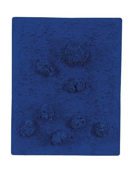 Ив Кляйн. Рельеф-губка (RE 46). 1960. Чистый пигмент и синтетическая смола, натуральные губки, галька на панели. Коллекция Фонда Louis Vuitton, Париж. Наследие Yves Klein c/o Adagp, Париж, 2018. Фонд Louis Vuitton / Marc Domage