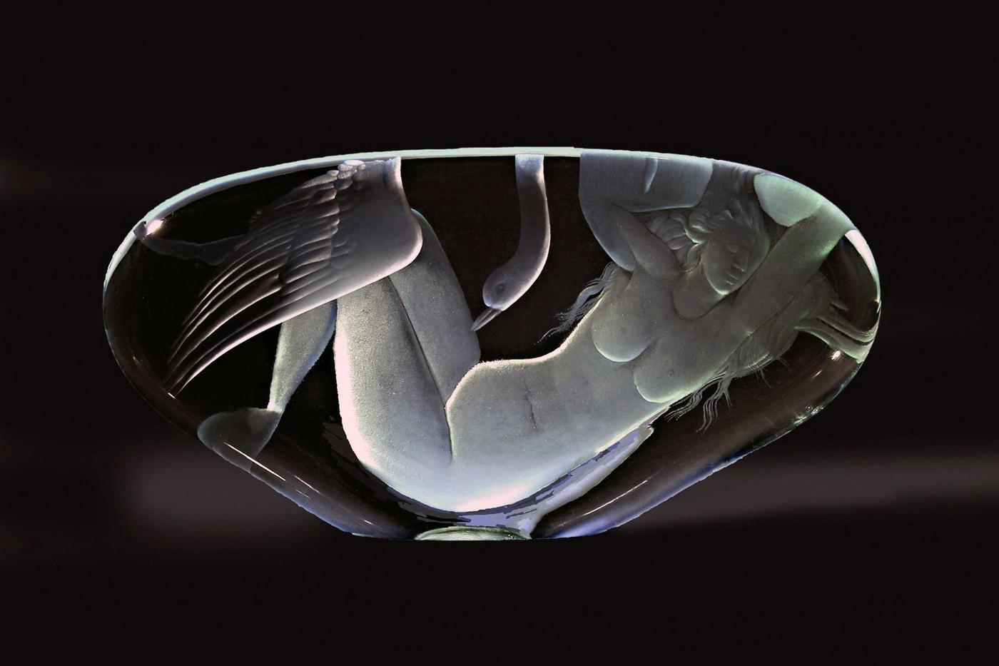 Ф. Ибрагимов. «Леда и лебедь» стекло , гравировка. 1996г. 32х16см.