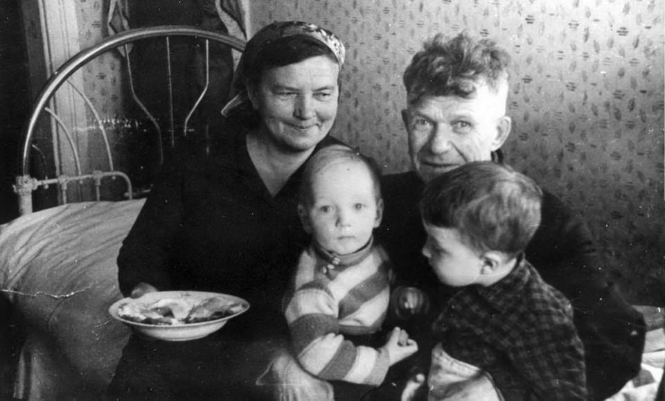 Праведник мира Фаддей Афанасьев с семьей. Село Красное, близ города Краслава, современная Латвия.