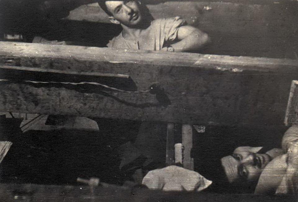 В убежище у Роберта и Йоханны Седулса. На верхних нарах – Калман Линкимер, на нижних – Зелиш Хиршберг. 1944 год. Лиепае.