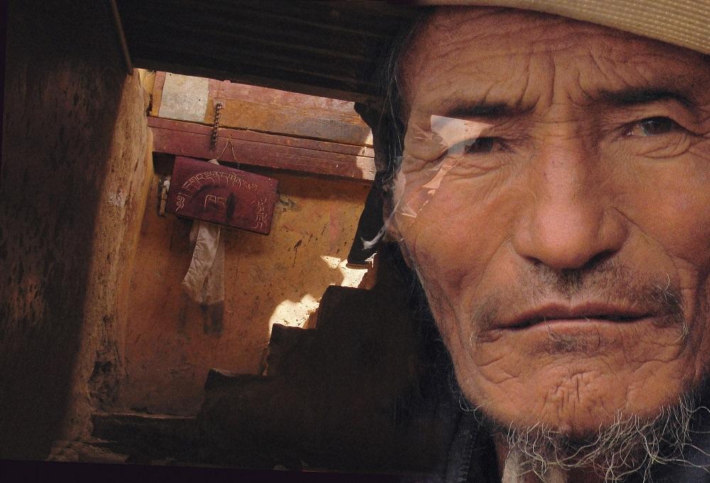 Алена Тельпуховская. Из проекта «Тибет. Прикосновение», №9, 2006. Цветная печать, металлизированная бумага, пластик, 74х110