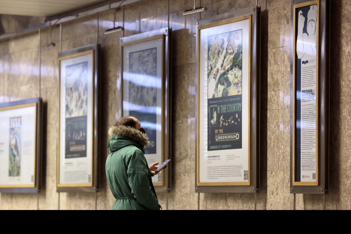 普希金博物馆(Pushkin Museum)在莫斯科地铁的一个展览中展示伦敦地铁的广告海报