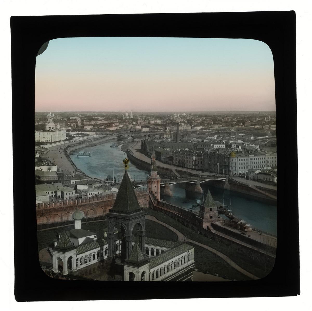 Вид на Москву и памятник Александру II c колокольни Ивана Великого.